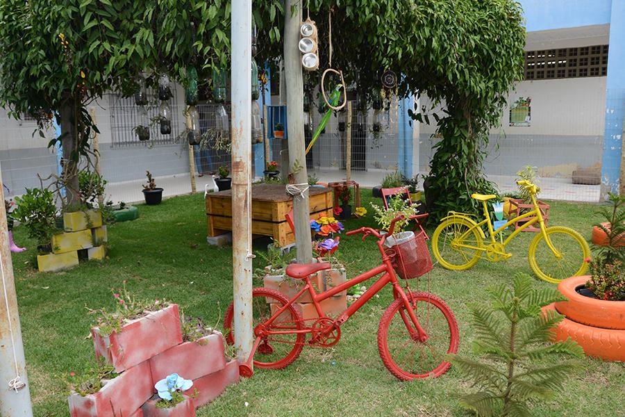 Escola da rede municipal cria jardim com material reciclado e ganha